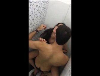 Novinha deu a buceta pro playboy no banheiro da balada