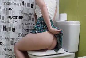 Espiando a prima trepando no banheiro